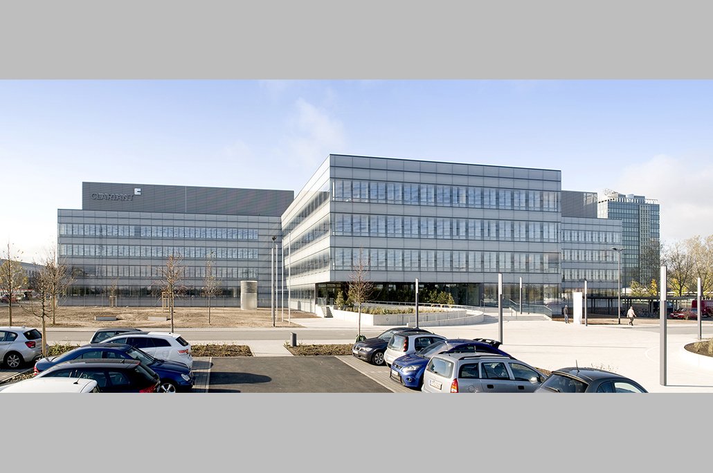 The new Clariant Innovation Center is located on a gross area of 36,000 square meters, offering ample space for ideas and innovation. It provides a state-of-the-art working environment for around 500 research and development employees.
