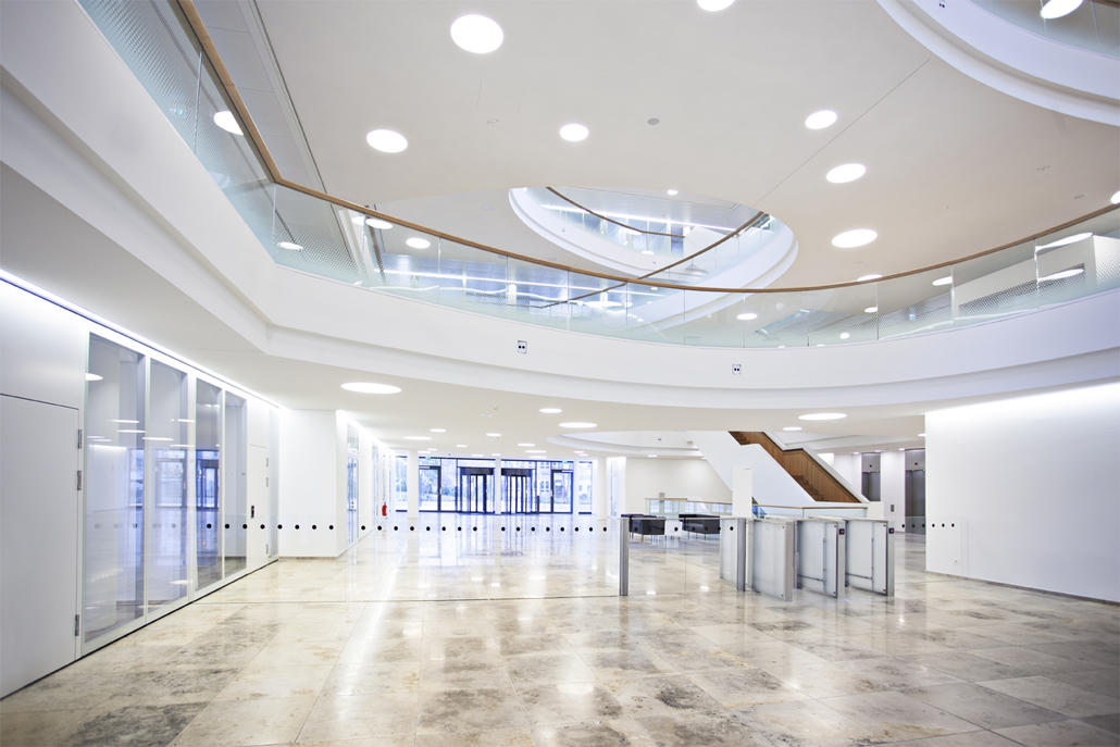The spacious foyer has a ceiling height of 20 meters and spans 600 square meters. Thanks to the expansive atria, sunlight filters through all floors.