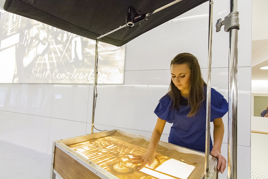 Julia Kurkina, a sand artist from Kiev, performed a live animation of the construction of the CIC.